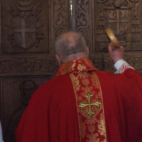 Uderzenia w drzwi katedry - odsłona Niedzieli Palmowej
