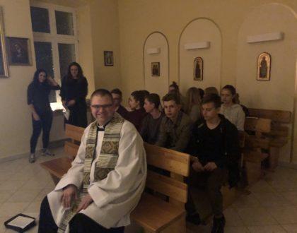 Uwielbienie i planszówki na spotkaniu młodzieżówki